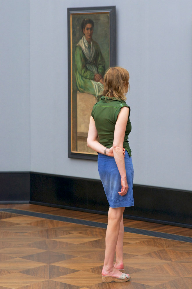 Woman accidentally matching a painting in a museum.