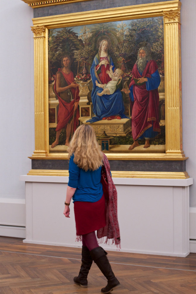 Woman accidentally perfectly matching a painting.