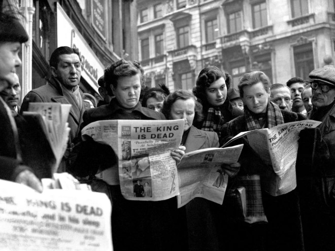 Vintage photo of people reading the newspapers.