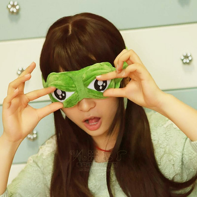 3D frog eyes sleep mask.